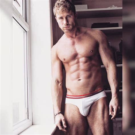 Shirtless Men On The Blog: Ross Norton Mostra Il Sedere
